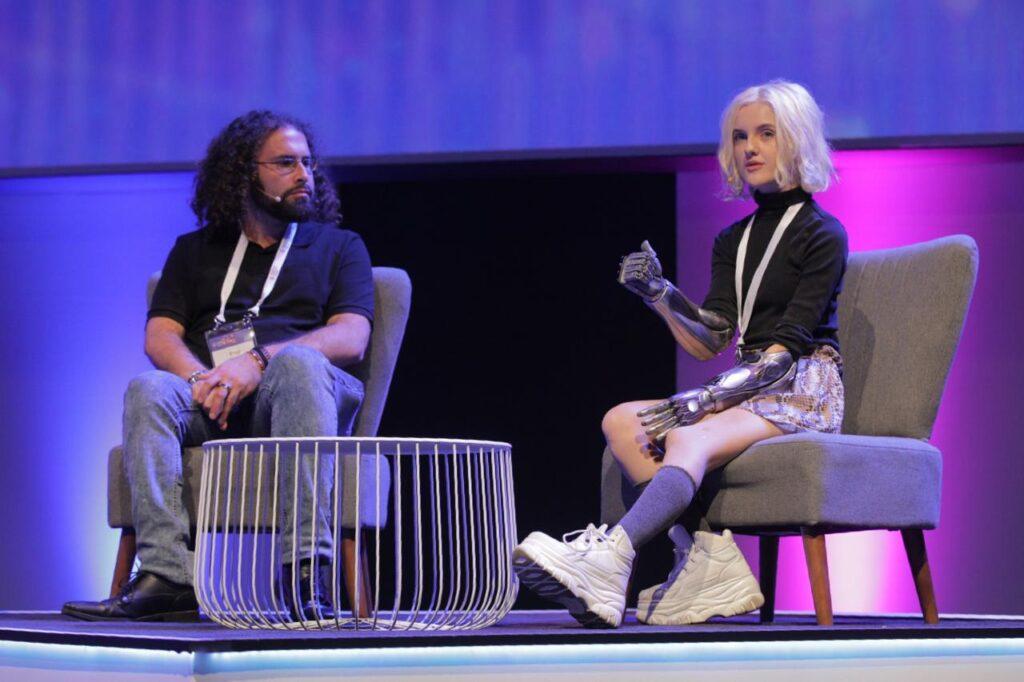 Tilly Lockey, avocat de Bionic Arm, s'exprimant au sommet de SingularityU en Afrique du Sud