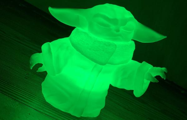 Éclairage d'un bébé Yoda imprimé en 3D avec Circuit Playground Express