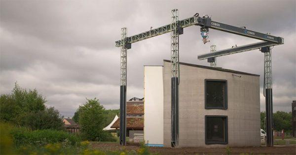 L'imprimante 3D vient d'imprimer une maison en béton de deux étages sur place